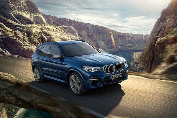 A picture of the 2019 BMW X3 travelling on a mountain road