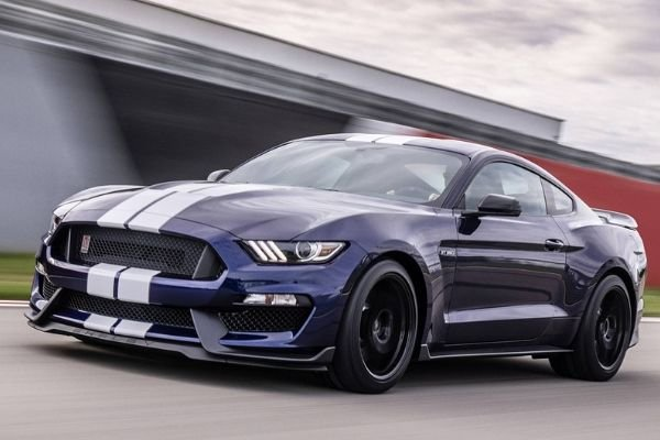 Ford Mustang SHelby GT350 on the Road