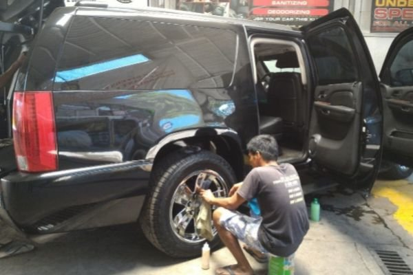 A picture of JSP employees cleaning a car owned by Sen. Manny Pacquiao