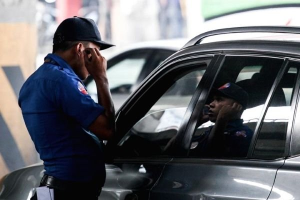 A picture of an MMDA enforcer about to issue a ticket.
