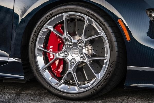 A picture of  a Bugatti Veyron's wheels, tires, and brakes