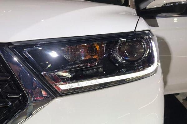 MG 360M headlight detail