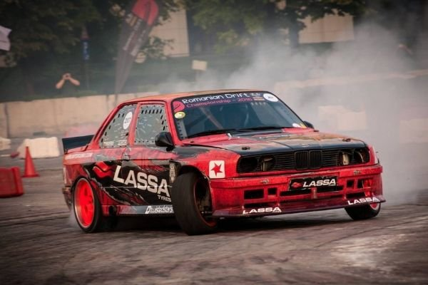 A picture of a BMW E30 mid-drift