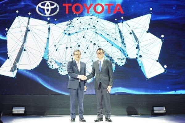 A picture Suzuki-san and Okamoto-san shaking hands at the TMP turnover event