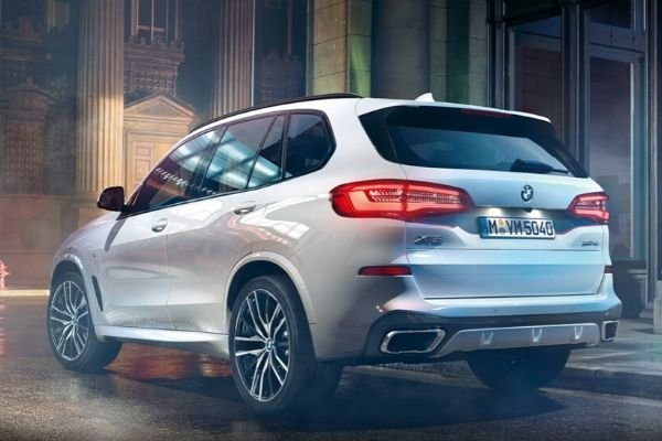 A picture of the rear of a white 2020 BMW X5