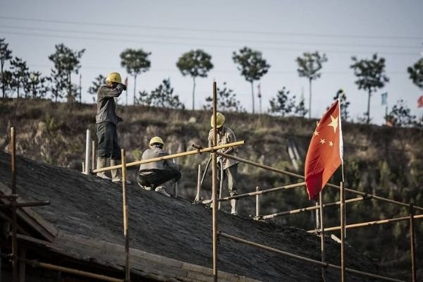 Workers with the Chinese flag