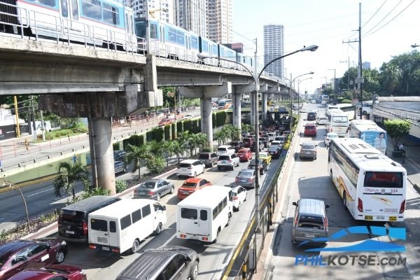 A picture of EDSA with traffic