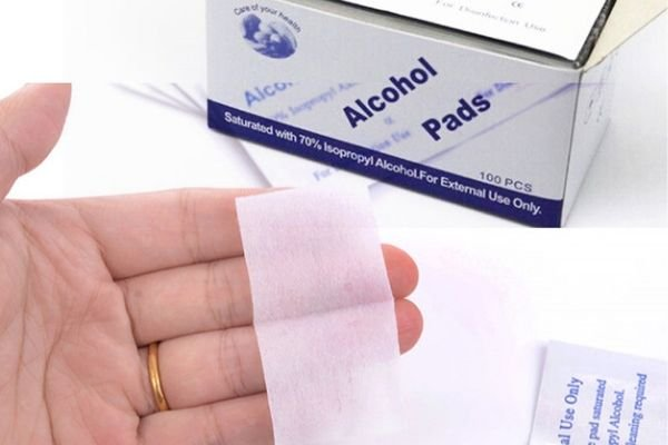A picture of a person holding an alcohol prep pad