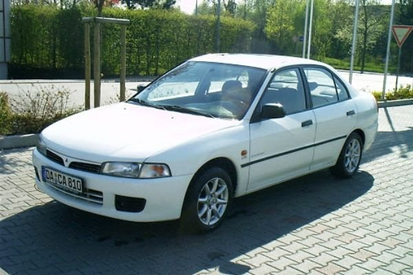 A picture of a parked Mitsubishi Lancer 1998