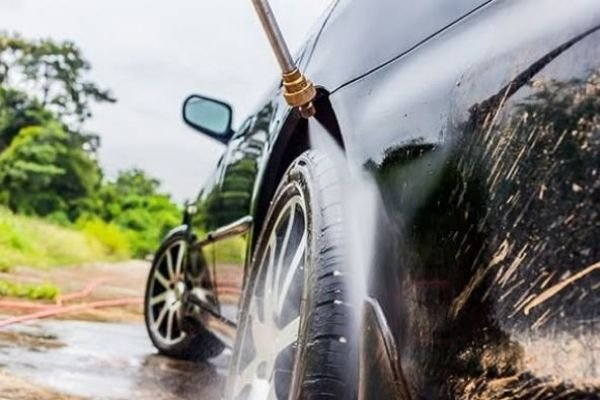 A picture of the compressor washing car tires