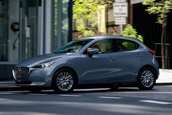 A picture of a Mazda2 in an urban environment