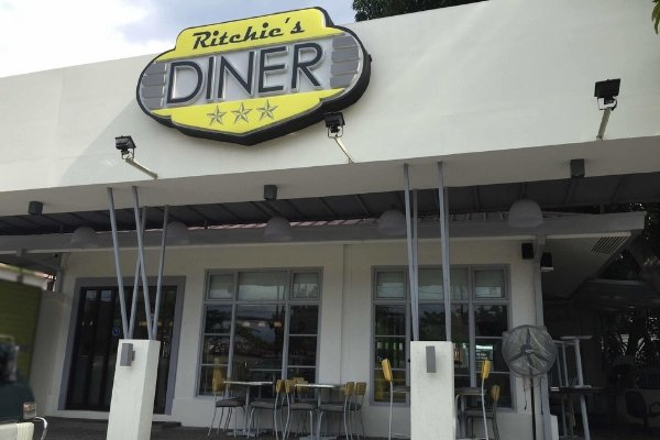 Ritchie's Diner on the outside