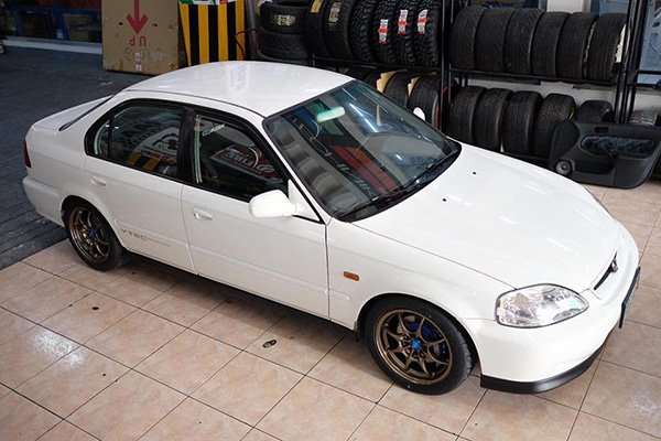 A picture of a white Honda Civic SiR being sold by Autocircuit