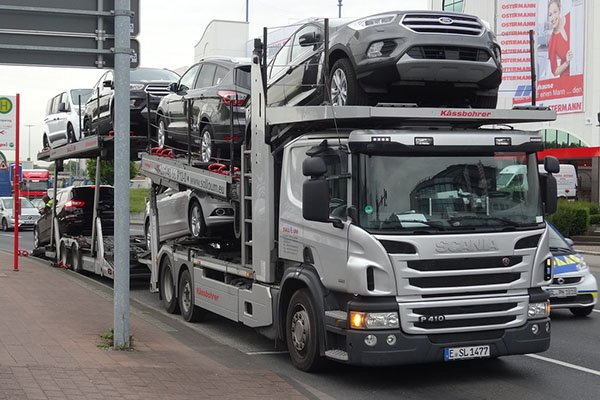 A picture of a loaded car delivery truck