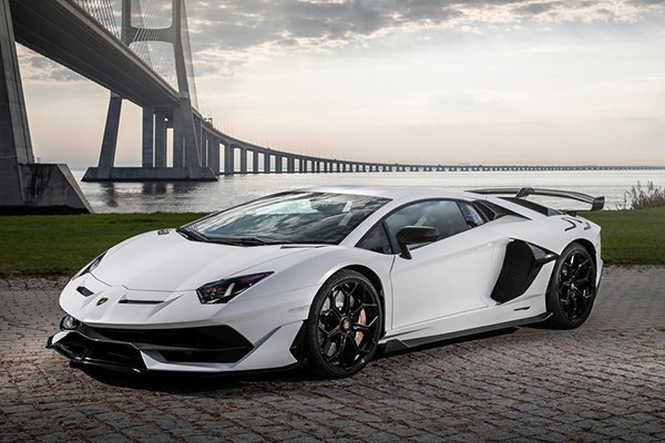 A picture of the Aventador.