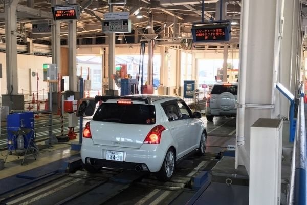 A picture of motor vehicle inspection in Japan.