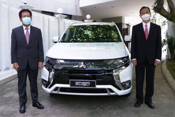 A picture of MMPC president and MC Manila Branch manager with the new Outlander PHEV