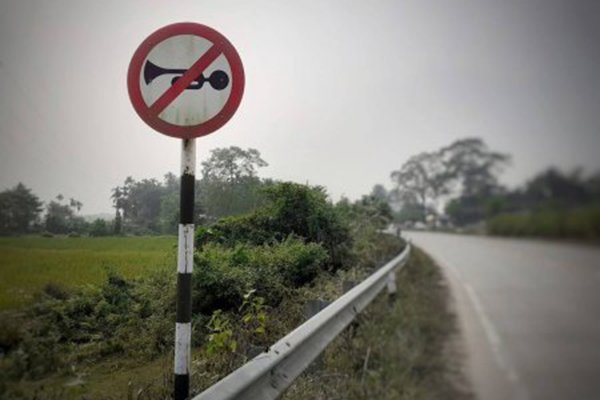 A picture of a No blowing of horn sign.