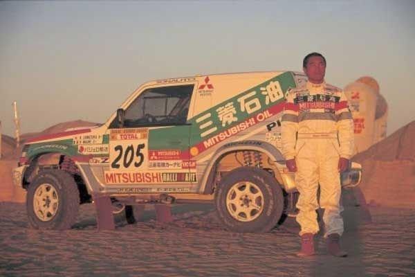 A picture of Shinozuka with the Pajero at the 1997 Dakar.