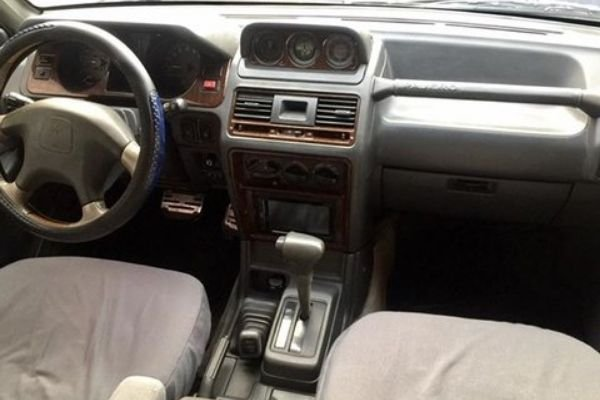 A picture of the Pajero 2nd-gen's interior.