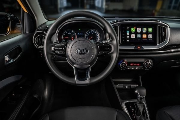 The Stonic's wheel and 8-inch infotainment screen