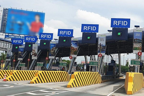 A picture of an RFID only tollbooth plaza.