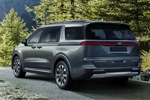 A picture of the rear of the 2021 Kia Carnival.