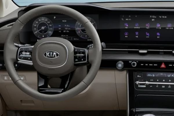 A picture of the 2021 Kia Carnival's dashboard.