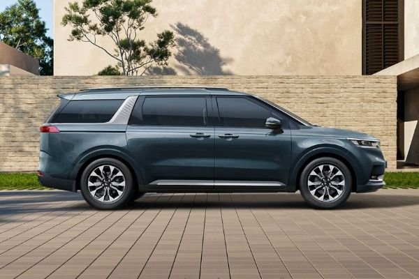 A picture of the side of the 2021 Kia Carnival