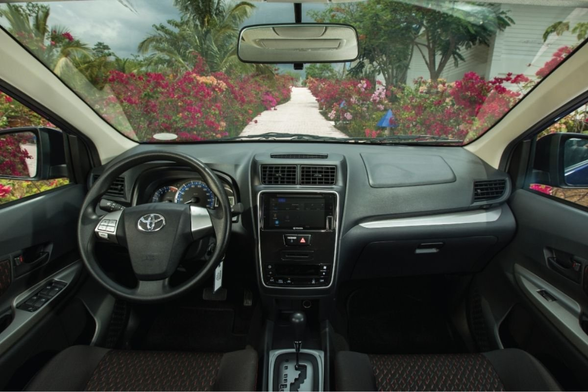 A picture of the dashboard and steering-wheel of the Toyota Avanza