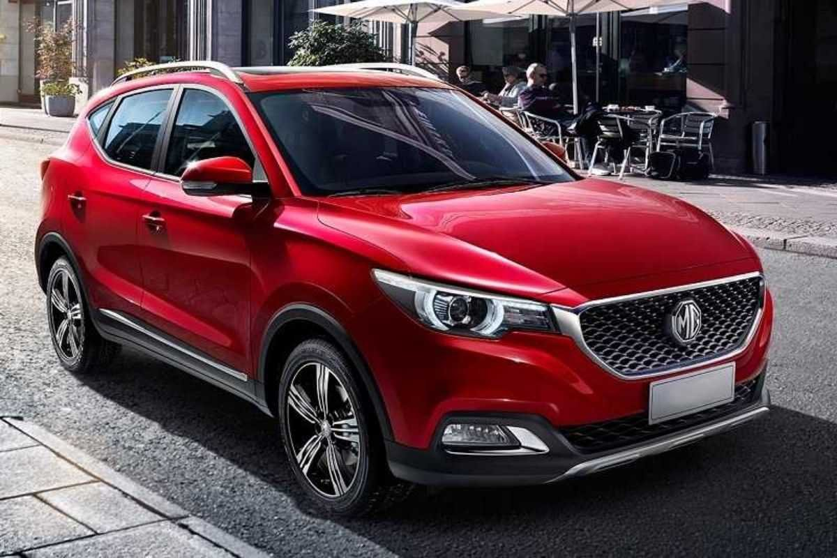 A picture of the MG ZS in the city