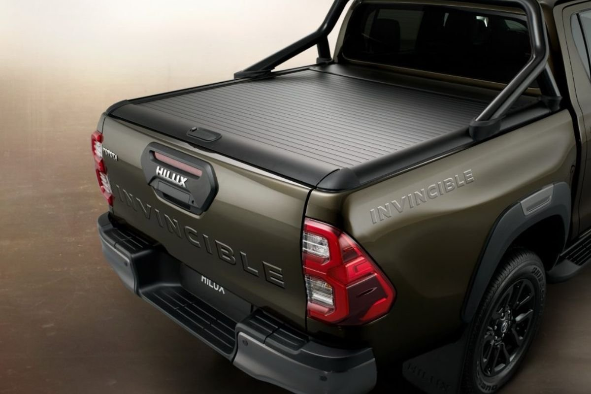 A picture showing the Hilux's rolling aluminum bed cover