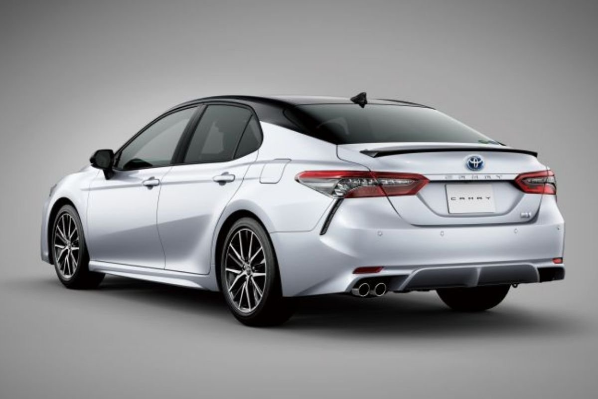 A picture of the rear of the facelifted Toyota Camry