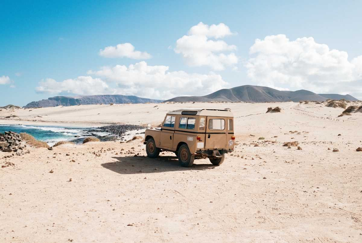 A picture of a Land Rover in the desert
