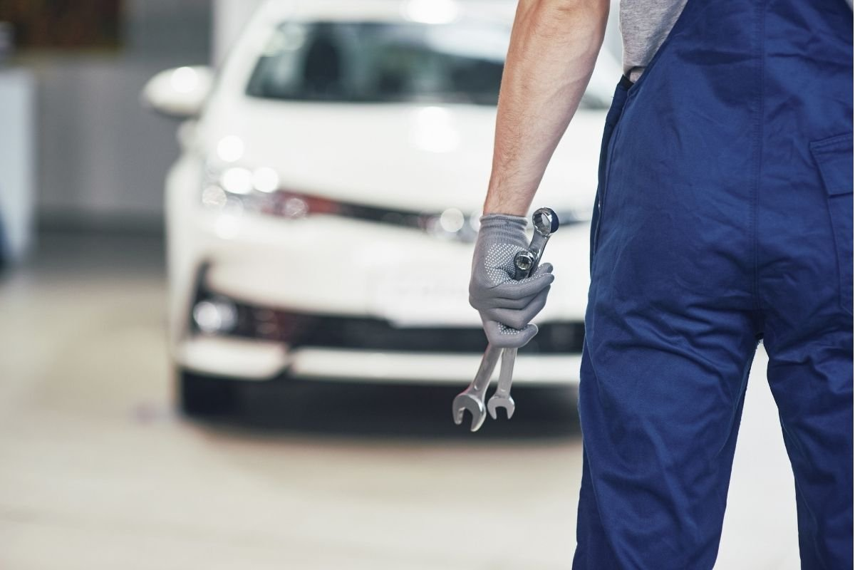 A picture of a mechanic about to fix a car