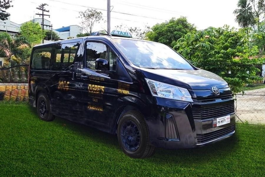 Toyota Hiace Commuter Deluxe front view