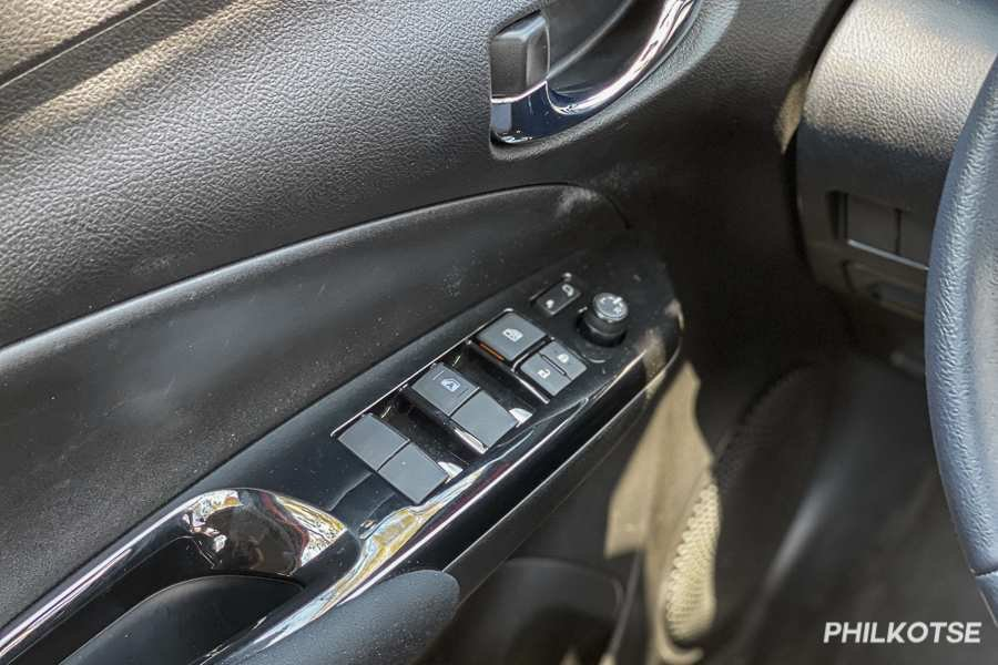 A picture of the Vios G's interior panel focusing on the power window controls