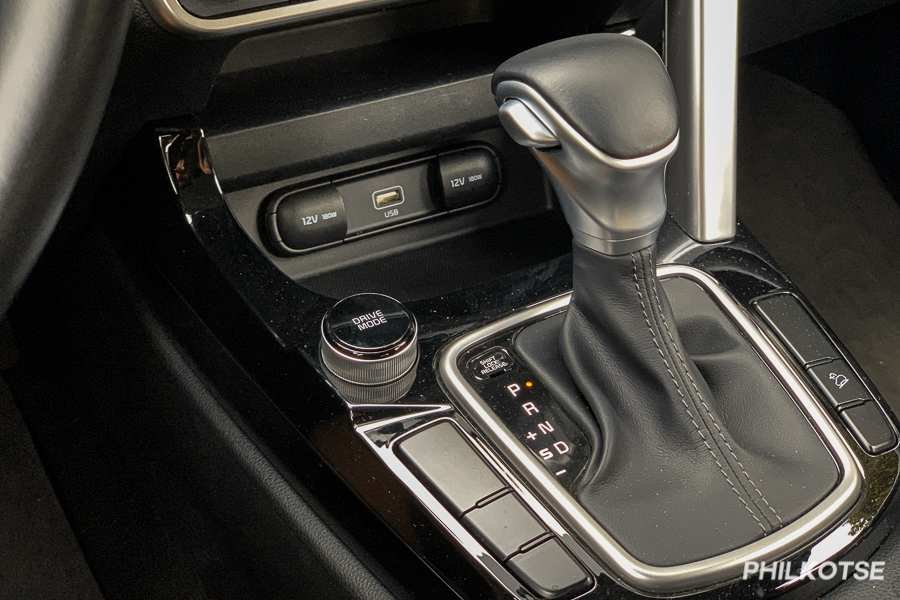A picture of the Kia Seltos' gear shift lever surrounded by piano black plastic