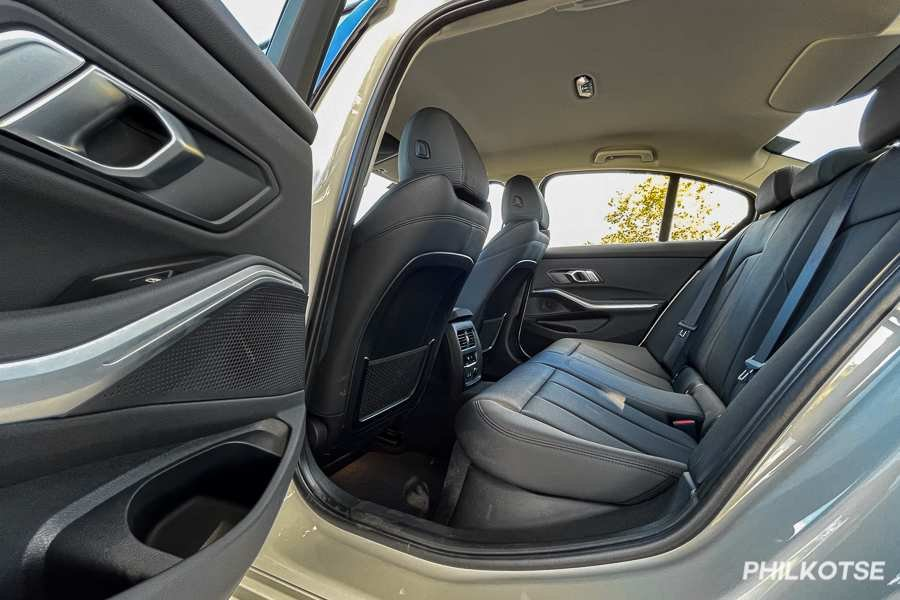 A picture of the BMW 318i Sports' rear cabin