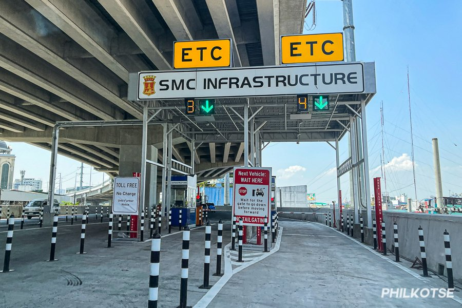 A picture of the toll gates on Skyway Stage 3