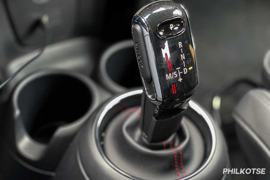 A picture of the Mini Cooper S 5-Door's gear shift lever