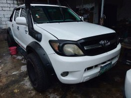 White Toyota Hilux 2005 for sale in Quezon City