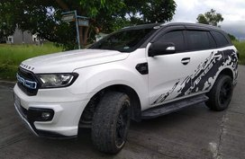 Selling White Ford Everest 2018 at 13686 km