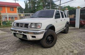 Selling White Nissan Frontier 2000 at 100000 km