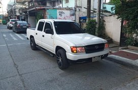 White Toyota Hilux 2009 for sale in Quezon City