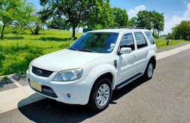 Selling White Ford Escape 2012 in Morong