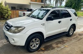 Selling White Toyota Fortuner 2005 in Makati