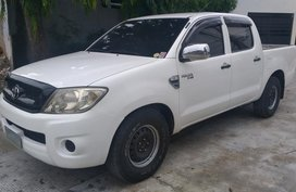 Selling Pearl White Toyota Hilux in Parañaque