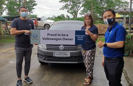 This Volkswagen dealer traveled over 400 km to deliver a Santana MT