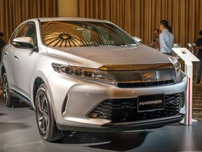 2017 Toyota Harrier bombarded in Singapore